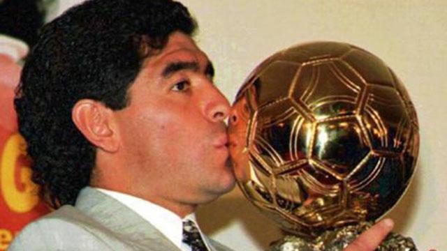 El Diez con su Balón de Oro honorífico que le fue entregado en 1995.