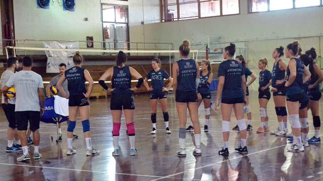 El staff técnico de las chicas se comunica con todo el país.