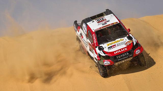 Alonso continuó su carrera tras volcar en la duna.