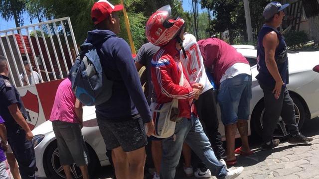 Hinchas del Rojo reclamaron en la puerta del entrenamiento.