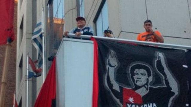 Diego Maradona tuvo un espectacular recibimiento en Rosario.
