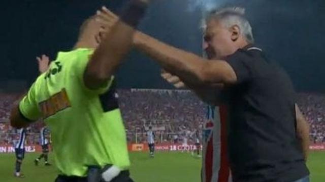 El técnico Leonardo Madelón agredió al cuarto árbitro y fue expulsado — Insólito