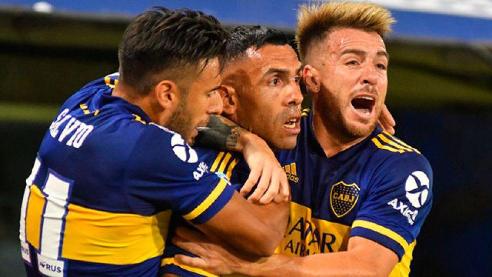 Boca enfrenta a Colón con la ilusión de mantener la lucha de la Superliga.