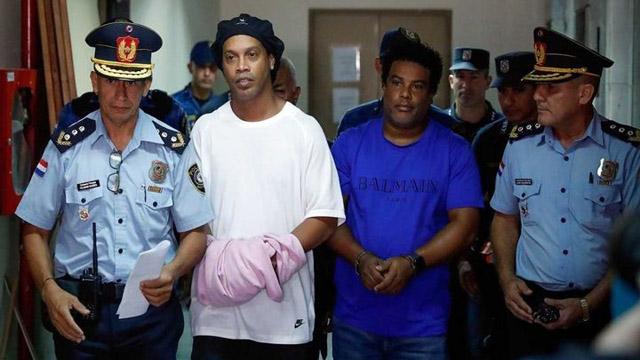 Dinho pasó un més en una carcel de Paraguay y ahora será presladado a un hotel.