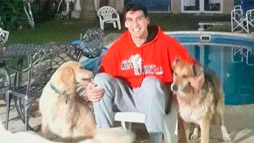 Facundo Corvalán junto a sus tres perros en la casa familiar de Junín.