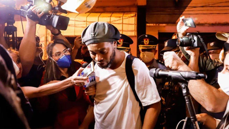 Ronaldinho dejó la cárcel e ingresó al lujoso hotel donde cumplirá el arresto.