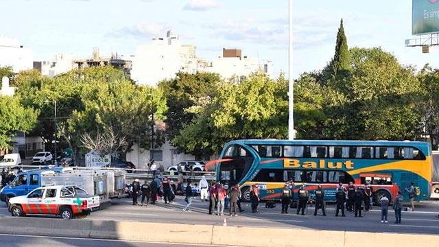 Hinchas colombianos varados en Argentina no pueden volver a su país.