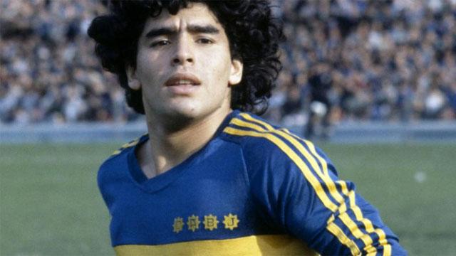 Maradona uso la casca que se subasta durante un partido frente al Ciclón.