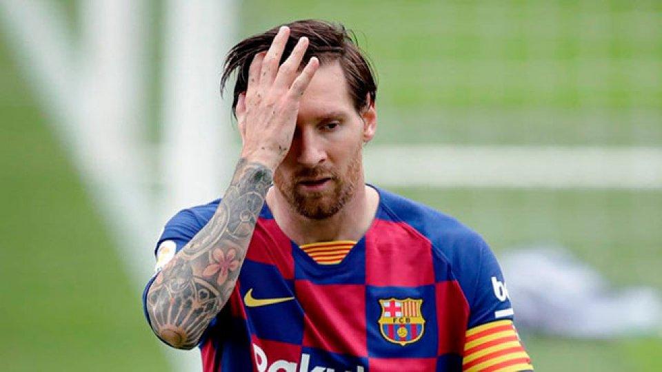 A Messi se le sigue negando el gol 700.