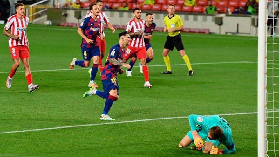Lionel Messi la picó, llegó a los 700 goles en su carrera.