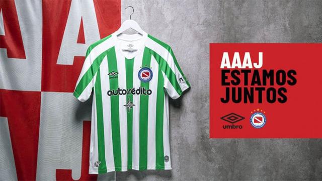 La nueva camiseta del Bicho, verde y blanca, recordando un histórico modelo.