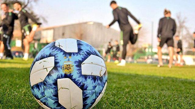 Vuelve a rodar la pelota en el futbol argentino.