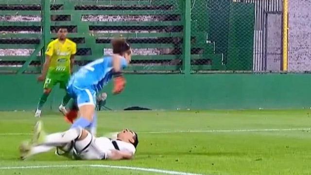 La Muralla pisó la pelota, Fernandez no pudo robársela, y terminó lesionado.