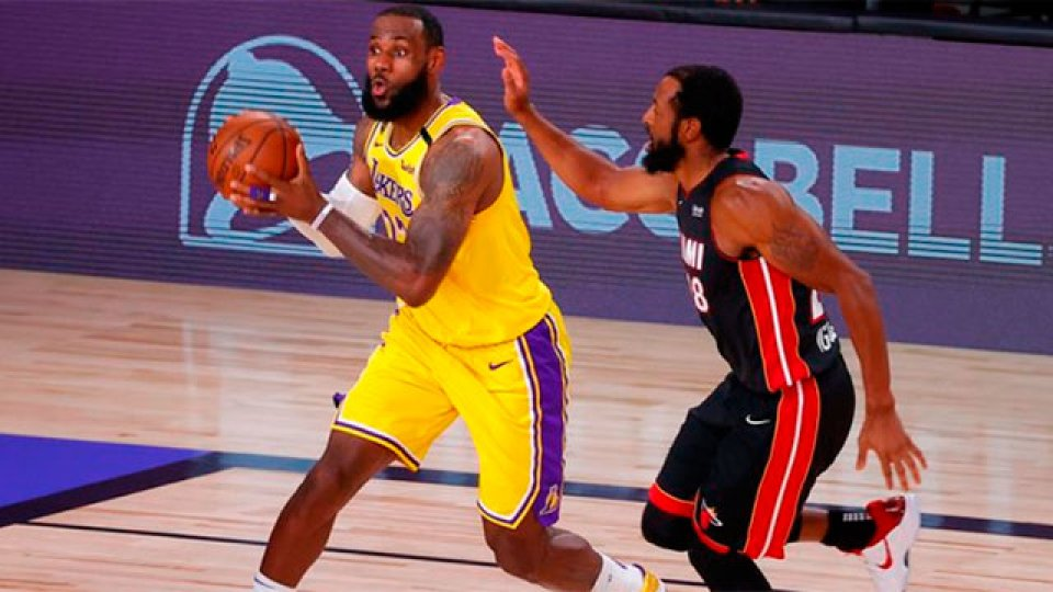 Los Angeles Lakers aplastó a los Miami Heat en la primera final.