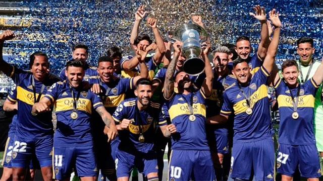 Boca recibió el trofeo de campeón de la última Superliga tras ocho meses.