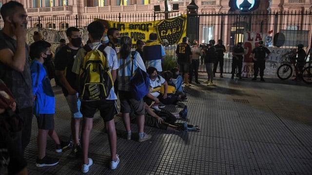 Se esperan miles de personas en la Casa Rosada para despedir al Diez.