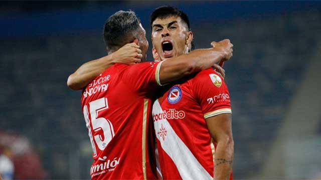Argentinos Juniors triunfó en Chile y es puntero con puntaje ideal.