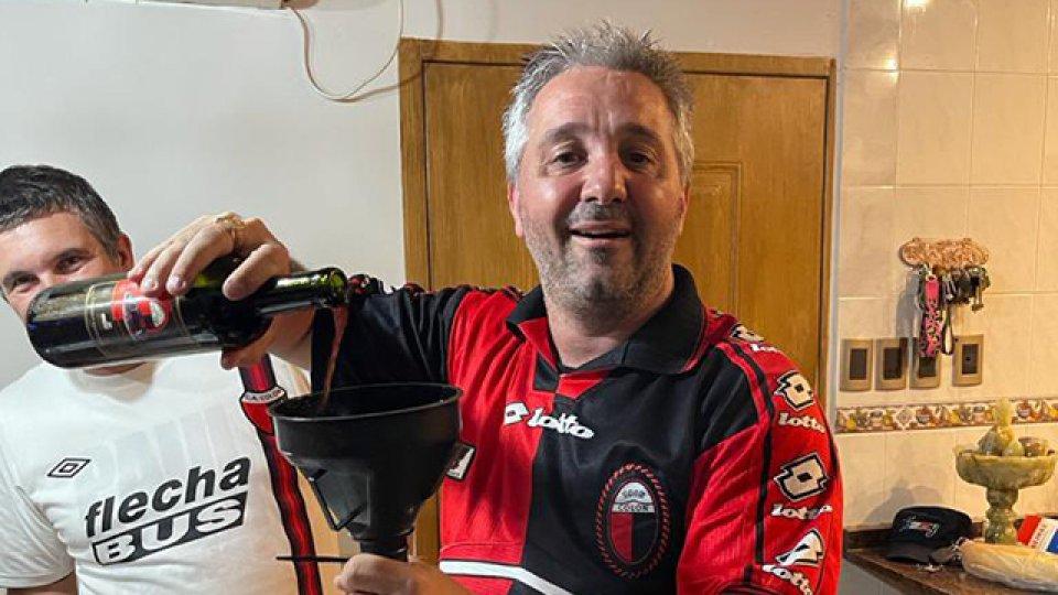 Colón salió campeón y lo festejó tomando un vino, con las cenizas del abuelo!.