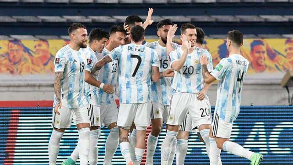 Argentina enfrenta a Paraguay y va por el pasaje a cuartos.