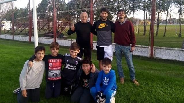 Milton junto a los chicos de la Escuelita de Fútbol del Rojo.