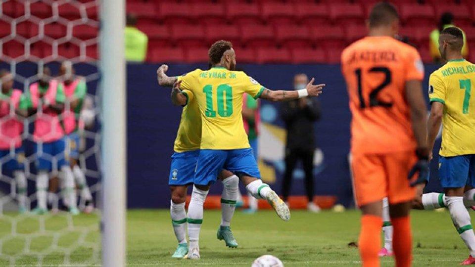 Brasil goleó a Venezuela en el inicio de la Copa.