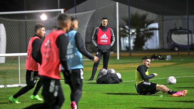 Scaloni piensa en un nuevo equipo, entre jugadores agotados y amonestados