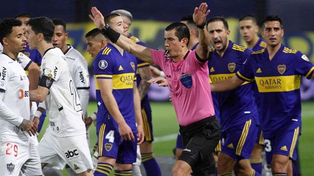 A Boca le anularon un gol escandaloso con el VAR.