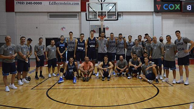 Ginóbili visitó la práctica de la selección argentina en Las Vegas.