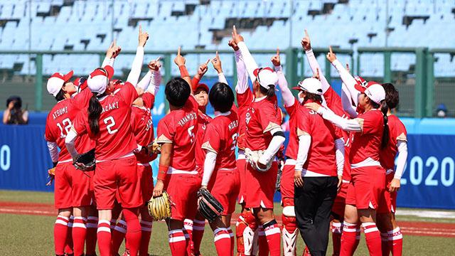El puntapié oficial lo dieron Japón y Australia en softbol femenino.