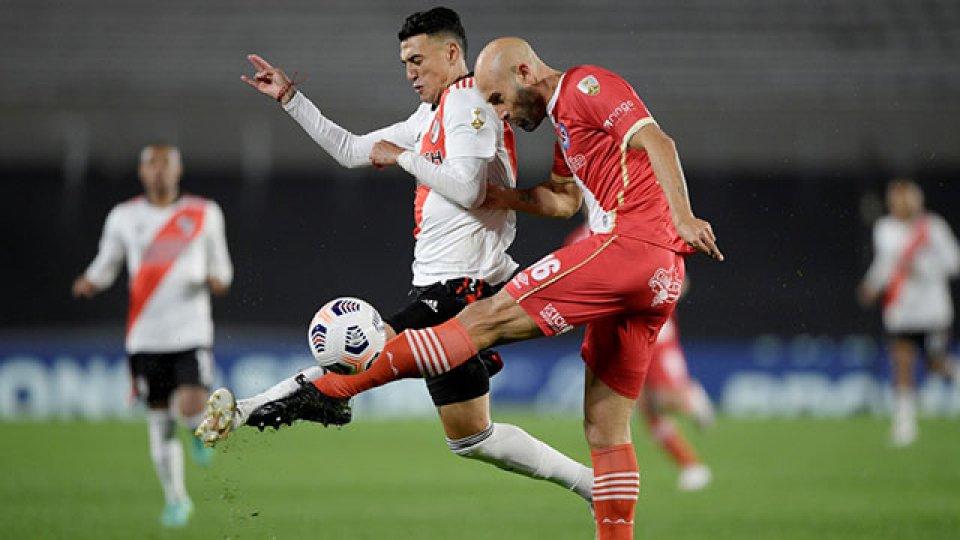 River busca el pase a cuartos de final ante Argentinos.