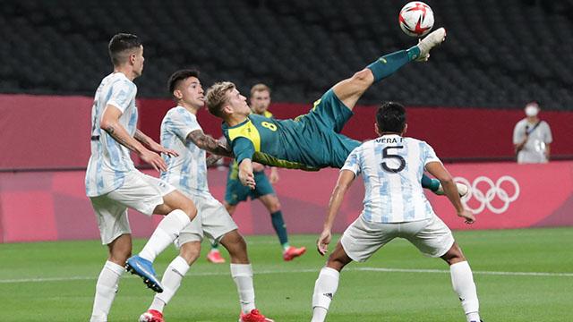 Argentina, con un jugador menos, cayó ante Australia en Saporo.