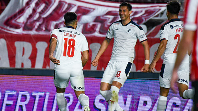 Independiente acertó un cabezazo y se llevó el triunfo.