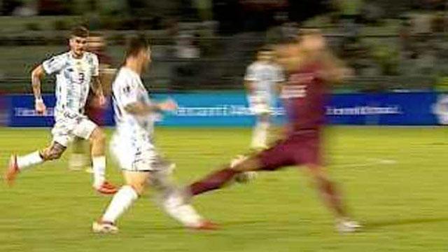 La brutal patada que recibió Lionel Messi al borde de la fractura.