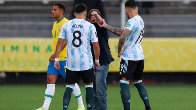 Argentina- Brasil: Los funcionarios invadieron el campo de juego.