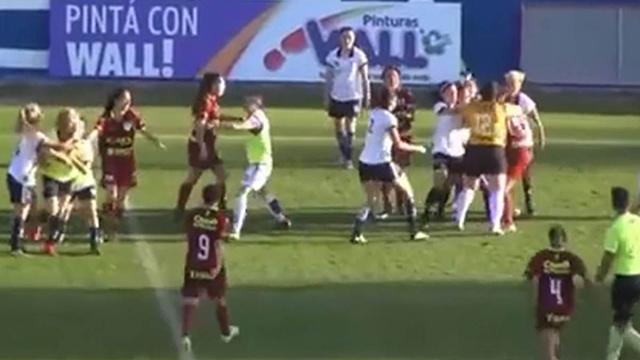 Video: en Mendoza hubo una batalla campal en un partido de fútbol femenino