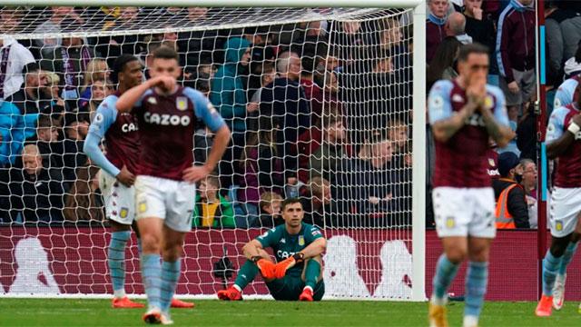 """Emiliano """"Dibu"""" Martínez fue titular en Aston Villa y le marcaron tres goles en 15 minutos"""
