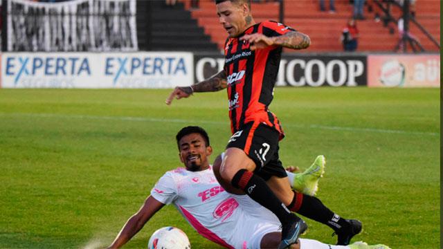 Con polémica y muchos goles, Patronato rescató un empate 3 a 3 con Defensa