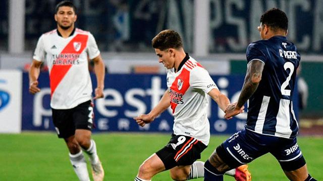 River, que juega con diez, empata sin goles ante Talleres en Córdoba