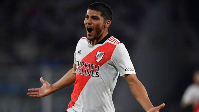 Con diez jugadores, River derrota a Talleres 1-0 en Córdoba