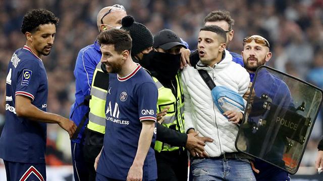 Video: un hincha se metió al partido del PSG y le frenó un ataque a Messi
